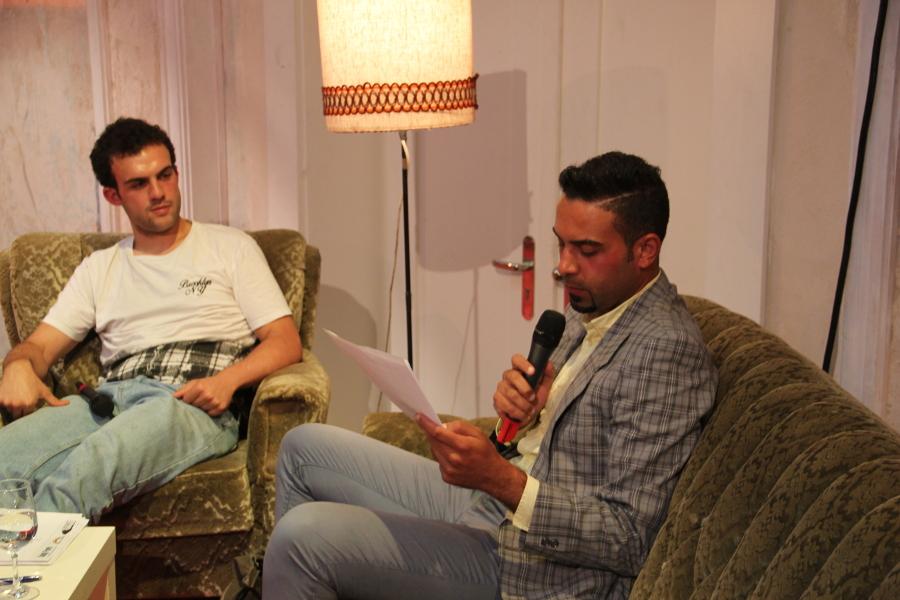 Basher Hussein (Mitte) Basher liest seine Gedichte. Links Wissam Fakher…., der Dolmetscher